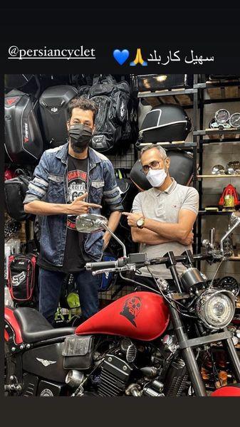 حضور بهرام افشاری در یک فروشگاه موتورسیکلت + عکس