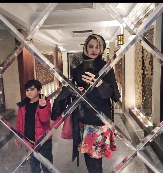 خانم بازیگر و پسرش در میان آینه + عکس
