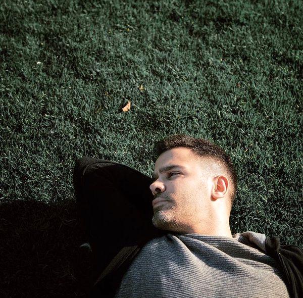 استراحت سیروان خسروی روی چمن + عکس