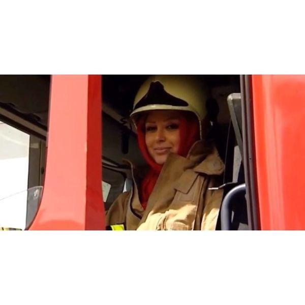 خانم بازیگر در ماشین آتشنشانی+عکس