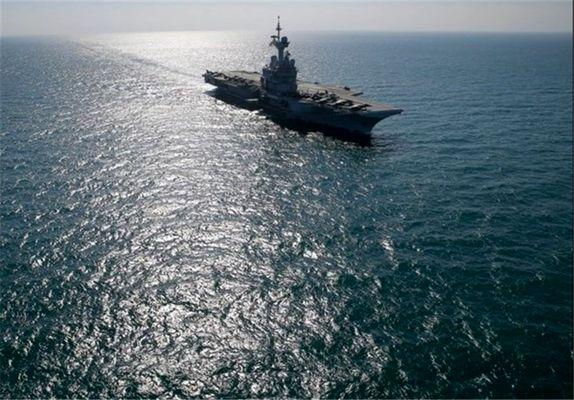 رصد ناو جنگی آمریکا در تنگه هرمز توسط قایقهای سپاه پاسداران