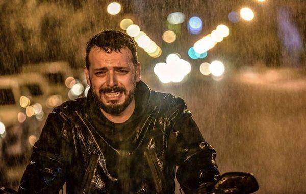 گریه بازیگر همگناه زیر باران + عکس