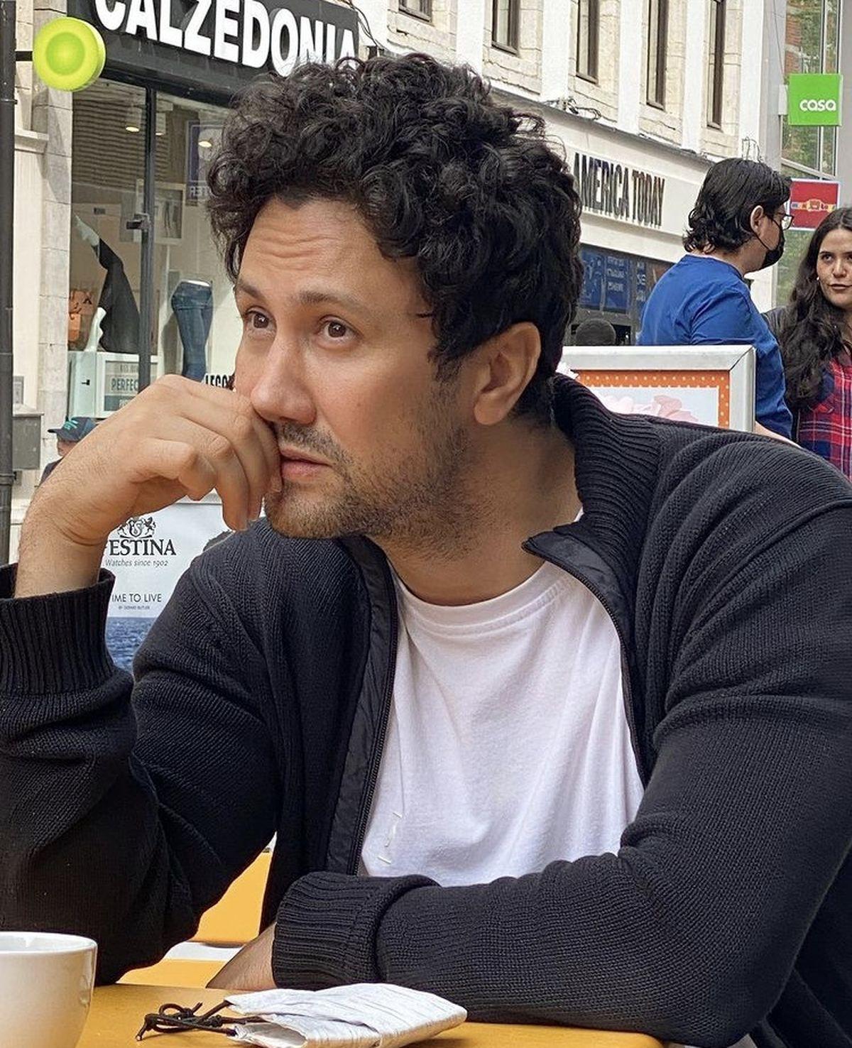 شاهرخ استخری در بلژیک با موهای فر + عکس