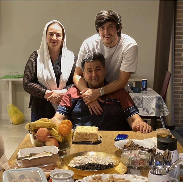 سردار آزمون در کنار والدینش + عکس