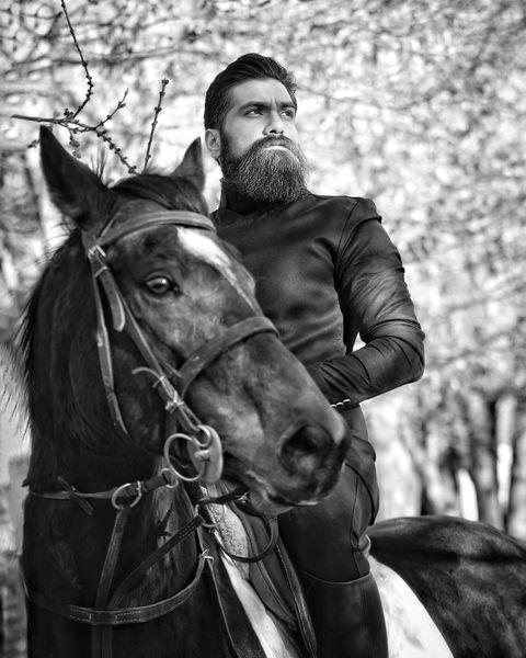 علی زند وکیلی در حال اسب سواری + عکس