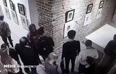 سلفی در یک نمایشگاه هنری حادثه آفرید