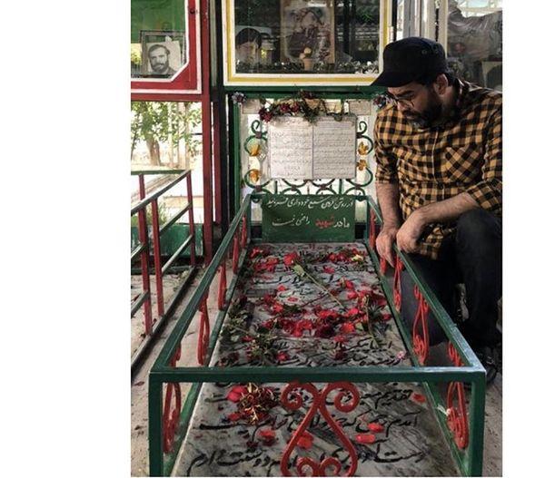 فرزاد حسنی در ملاقات با شهدا + عکس