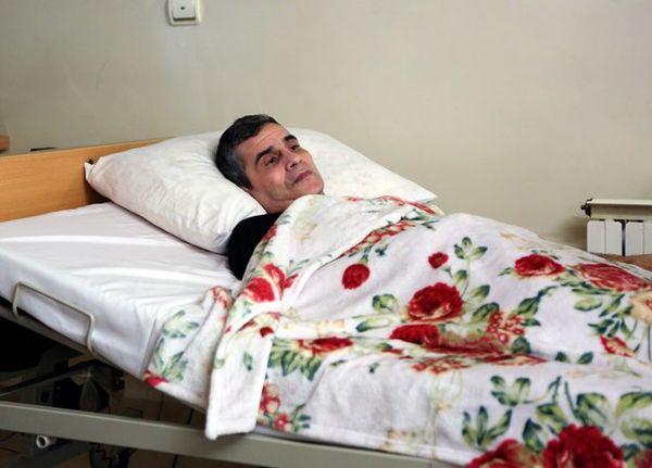 اصغر شاهوردی از بیمارستان مرخص شد + عکس