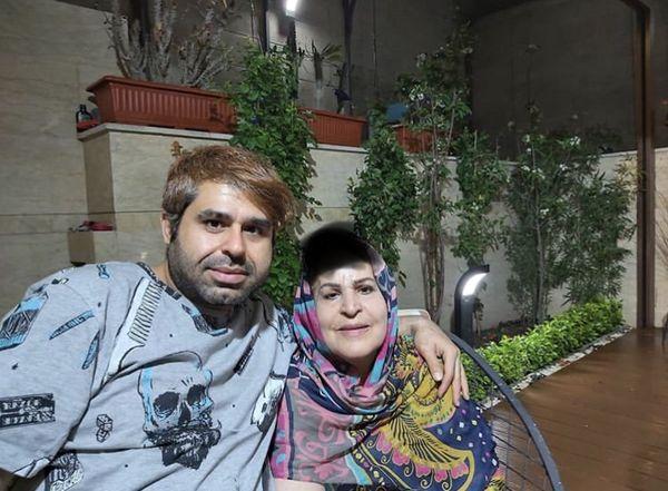 امیر نوری و مادرش در حیاط خانه شان + عکس
