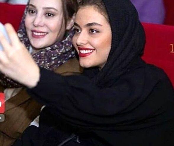 عکس خوشحال ریحانه پارسا در موزه سینما