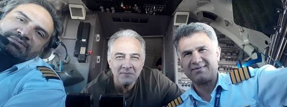 ایرج نوذری داخل کابین هواپیما در کنار دوستان کاپیتانش + عکس