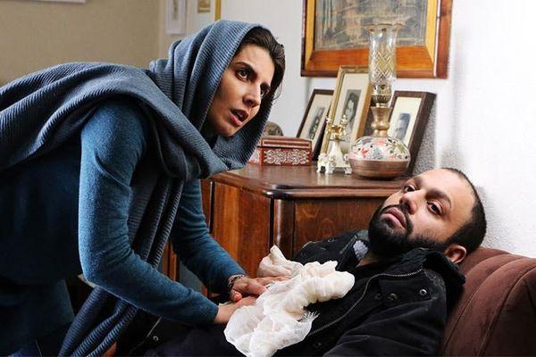لیلا حاتمی در حال مداوای صابر ابر