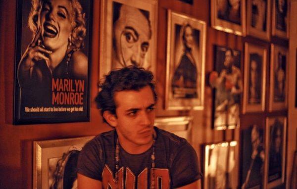 علی شادمان و دیواری پر ستاره + عکس