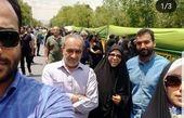 عکس گوینده خبر به همراه خانواده در مراسم راهپیمایی