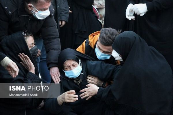 حال بد مادر مرحوم علی انصاریان در مراسم خاکسپاریش + عکس