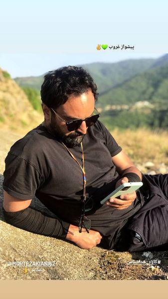 استراحت کردن آقای بازیگر در دل طبیعت + عکس