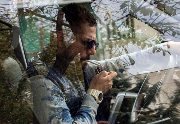 سیگار کشیدن عباس غزالی در شبلرزه+عکس
