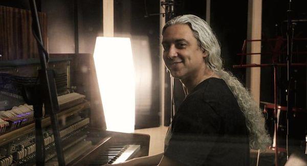 پیانو نواختن مازیار فلاحی + عکس