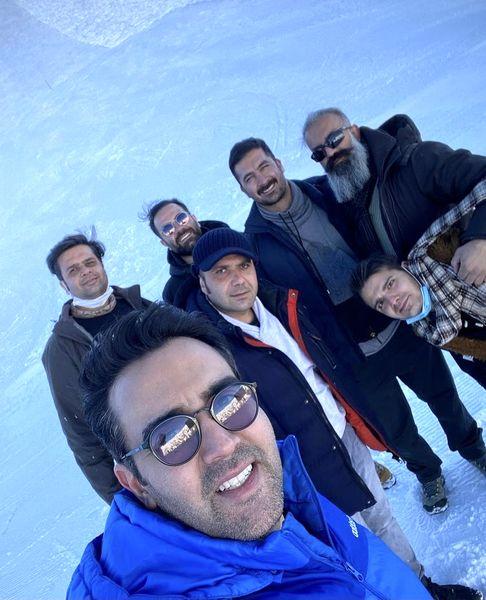 برف بازی آقای بازیگر با دوستانش در کوه + عکس