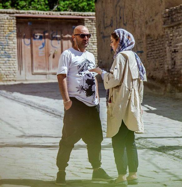 ریحانه پارسا وهمسرش در محله ای قدیمی + عکس