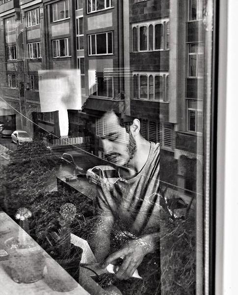 علی شادمان در خانه اش + عکس