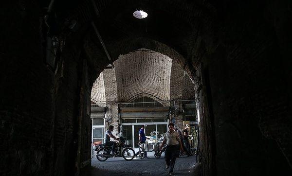 انبار کالا در بازار حضرتی آتش گرفت