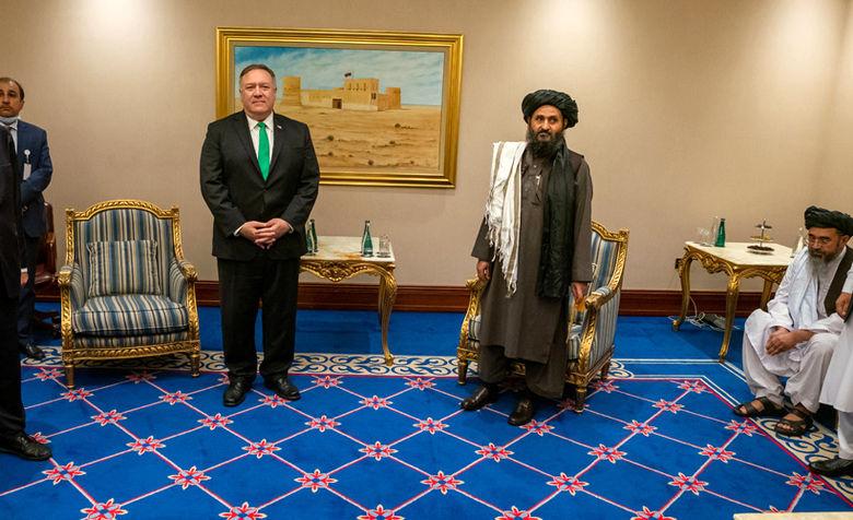 حضور مودبانه! پمپئو (وزیر خارجه وقت آمریکا) در کنار ملا برادر   قطر - شهریور ۱۳۹۹