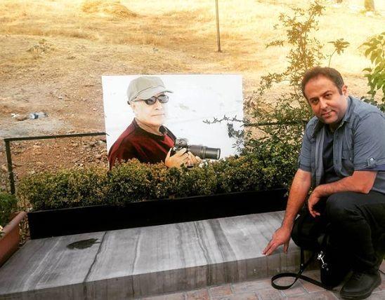 ابراهیم شفیعی بر سر مزار عباس کیارستمی + عکس