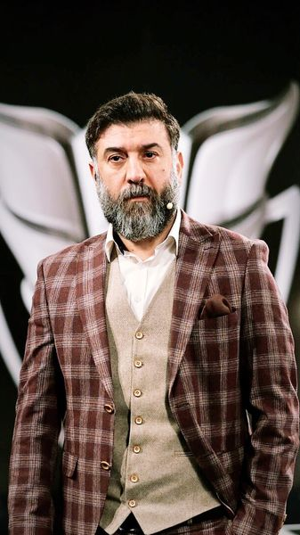 چهره جدی علی انصاریان در یک برنامه + عکس