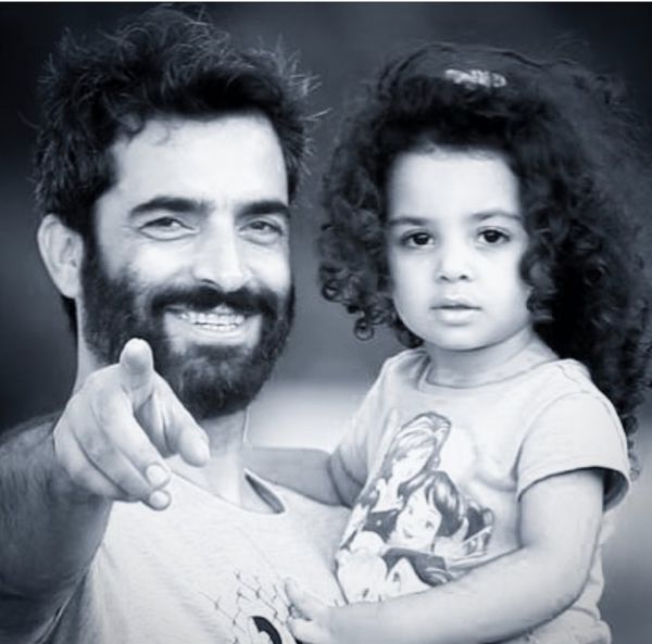 نقاشی زیبایی از منوچهر هادی و دخترش + عکس