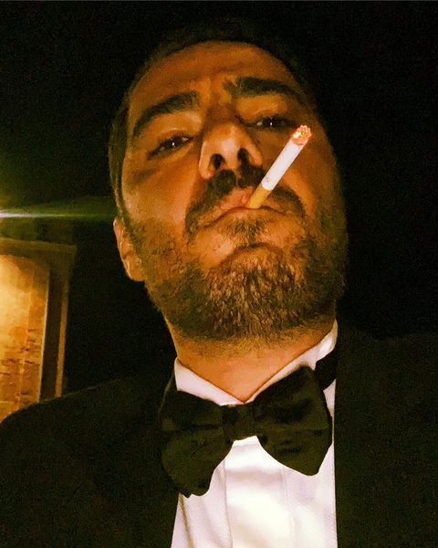سیگار کشیدن نوید محمدزاده با لباس دومادی + عکس