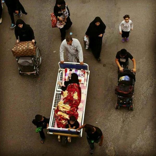 تصویر کم نظیر و عاشقانه از راهپیمایی اربعین در صفحه ده نمکی+عکس