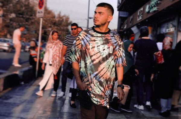 تیپ اسپورت بازیگر جوان چشم رنگی در خیابان+عکس