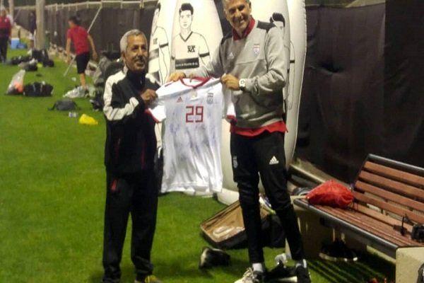 اهدای پیراهن تیم ملی با امضای کیروش به یکی از هواداران