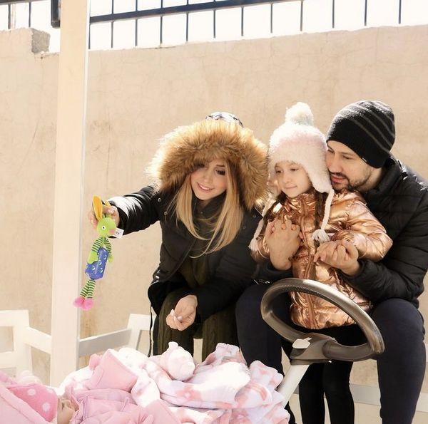 عکس جدید شاهرخ استخری با همسر و دخترش در بلژیک
