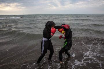 «زهرا راستکار» و «مهدیه اسدی» در ساحل دریای خزر تمرین می کنند