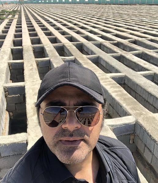سلفی آقای بازیگر در قبرستان خالی + عکس