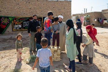 درست کردن جایگاه برای مراسم چهارپایه خوانی توسط گروه های جهادی و کودکان
