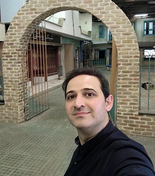 سعید شیخ زاده در محله ای قدیمی + عکس