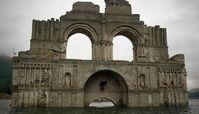 ظاهر شدن یک کلیسا وسط دریاچه ای در مکزیک + تصاویر