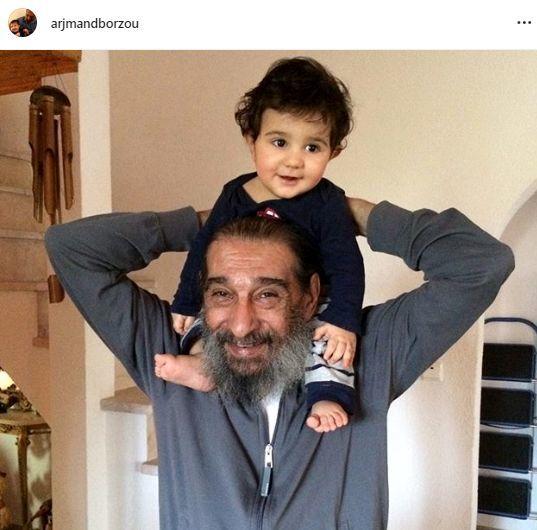 پسر آقای بازیگر در آغوش پدربزرگ مرحومش + عکس