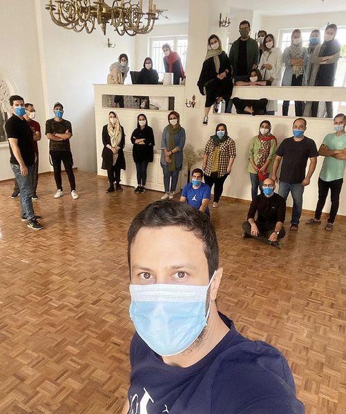 شاهرخ استخری و کارمندانش + عکس