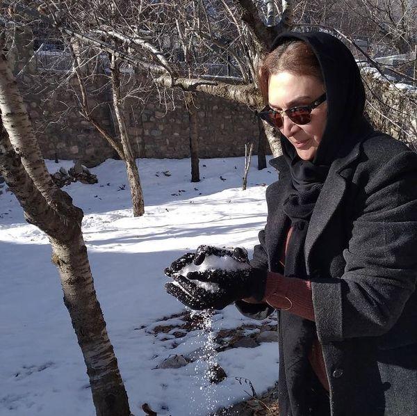 خانم بازیگر در دل طبیعت برفی + عکس