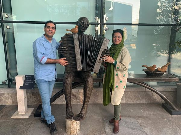 ساز و شادی عمو مهربان و همسرش در خیابان+عکس