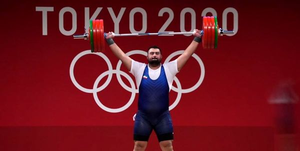 مدال نقره المپیک 2021 بر گردن وزنه بردار ایرانی