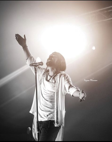 تیپ متفاوت امیرعباس گلاب در یکی از کنسرتهایش + عکس