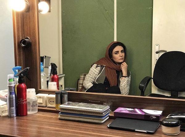 خستگی های لیندا کیانی در اتاق گریم + عکس