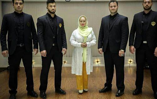 عکس خانم بازیگر میان چهار بادیگارد