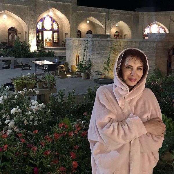 لباس عجیب افسانه بایگان در کاروانسرای تبریز+عکس