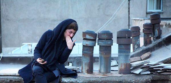 عکس سرخوشانه ویدا جوان در پشت بام با دودکش ها